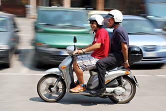 due persone a bordo di ciclomotore